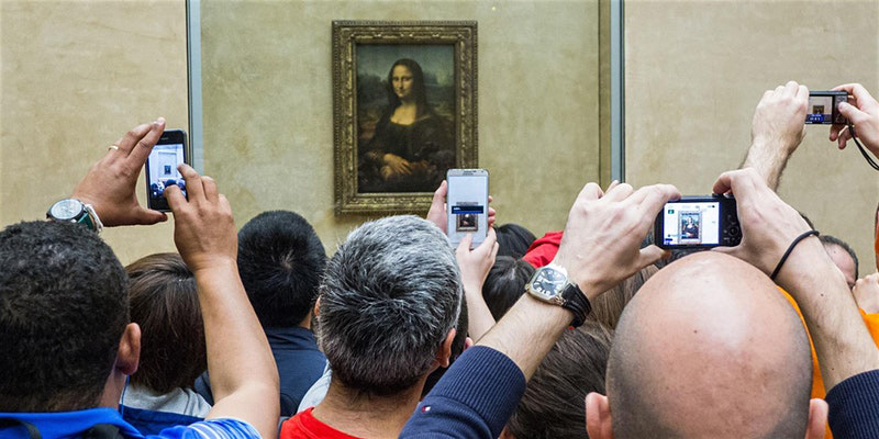 People taking photos with phones of the Mona Lisa