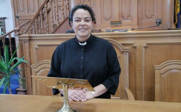 Rev Mandy Ralph at a pulpit