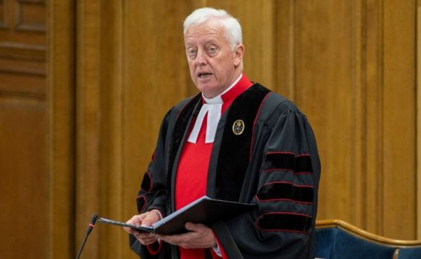 Rev Dr George Whyte reading the Queen's letter to the General Assembly 2021